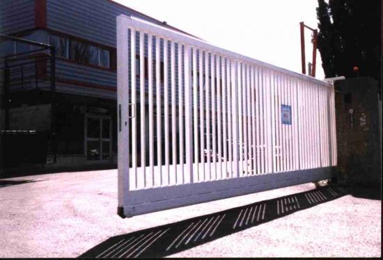 Un portail coulissant : sur rail ou autoportant ?